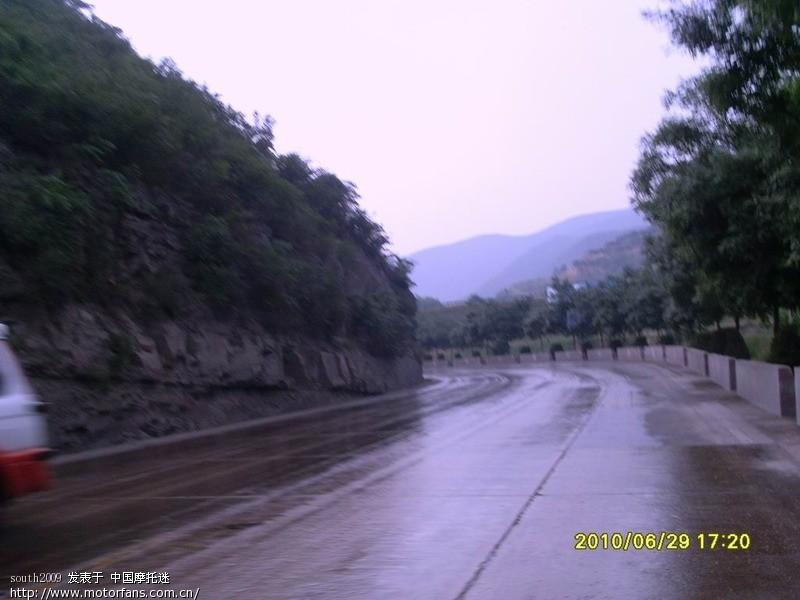 开始下雨了,一路上都比较幸运,雨是没少下,但基本上都被我们躲过去了..JPG