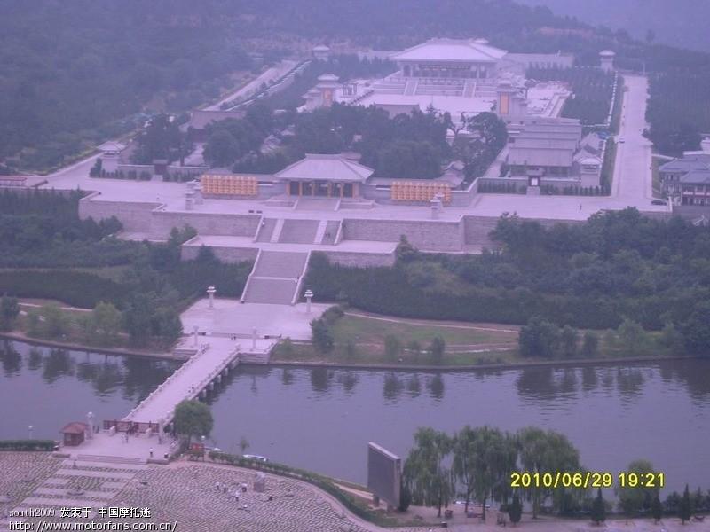 在黄陵观景台上远眺黄帝陵还是很有气势的,我02年来的时候可是差得太远太远..JPG