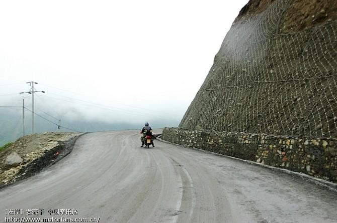 下雨了,路上都是泥,不太好骑。.jpg