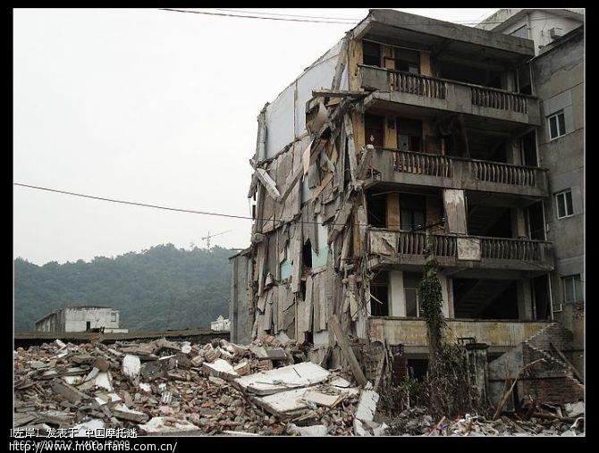 雨香好不容易才带我们找到一个地震以后没有拆的地方,这儿曾经是一个医院.jpg