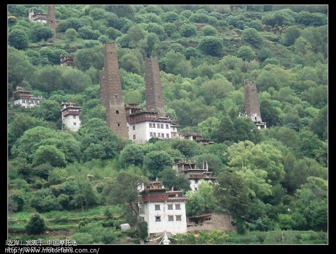 丹巴的碉楼,在河对岸,我们只能远远的看看了,没进去细看.jpg