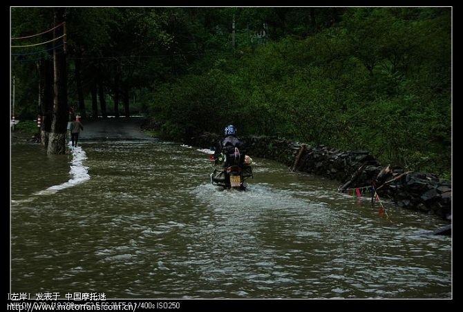 第一个过水路面,水快到排气管了,还好,安全通过.jpg