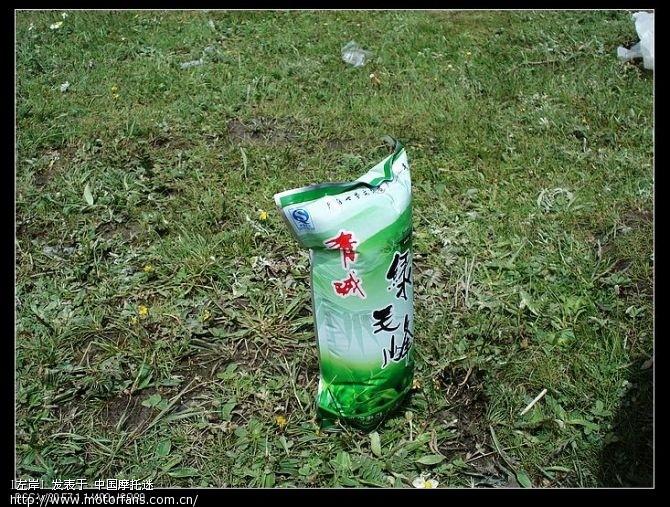 中午休息吃饭的时候拍的从山下带上来的茶叶袋,山上的气压低,袋子胀起来了.jpg