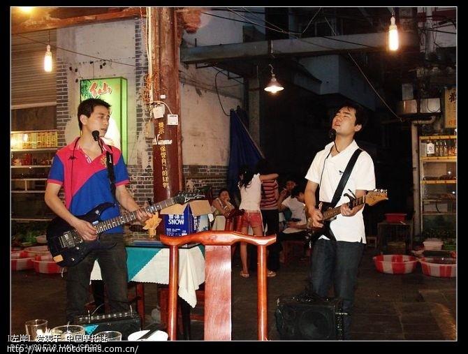 这两个小伙子给我们唱了一个多小时的歌,呵呵,我那个时候已经喝多了.jpg