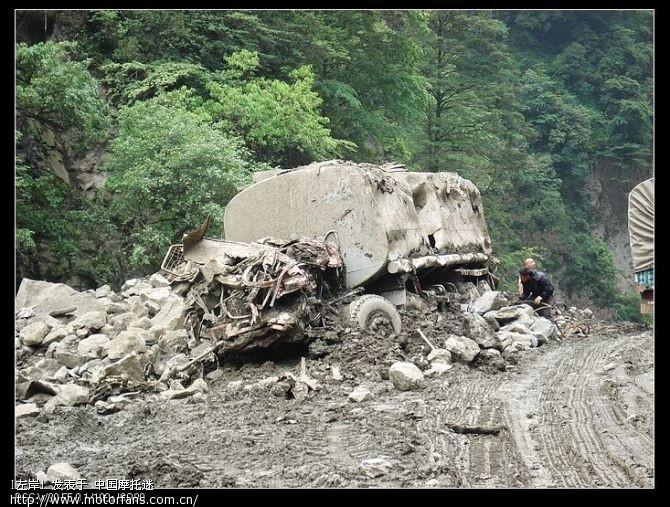 塌方时被压在山下的油罐车.jpg