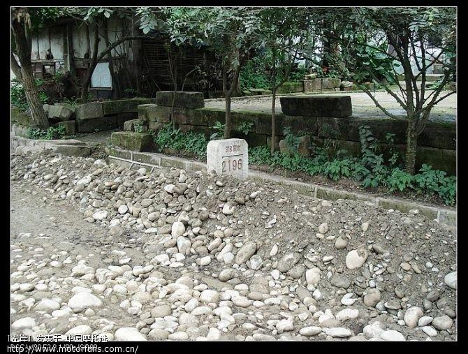 好不容易找到块路碑,拍下来证明一下这就是318国道.jpg