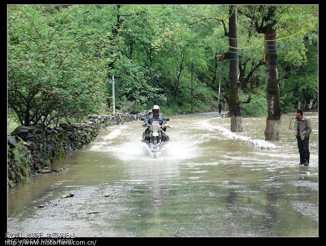 第一个过水路面,老高跟雨香也安全过来了.jpg