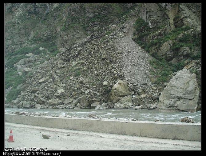 岷江上到处是这种塌方下来形成的堰塞体.jpg