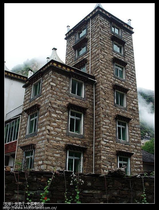 路上拍的藏民的房屋,有不少藏民很富裕的现在.jpg