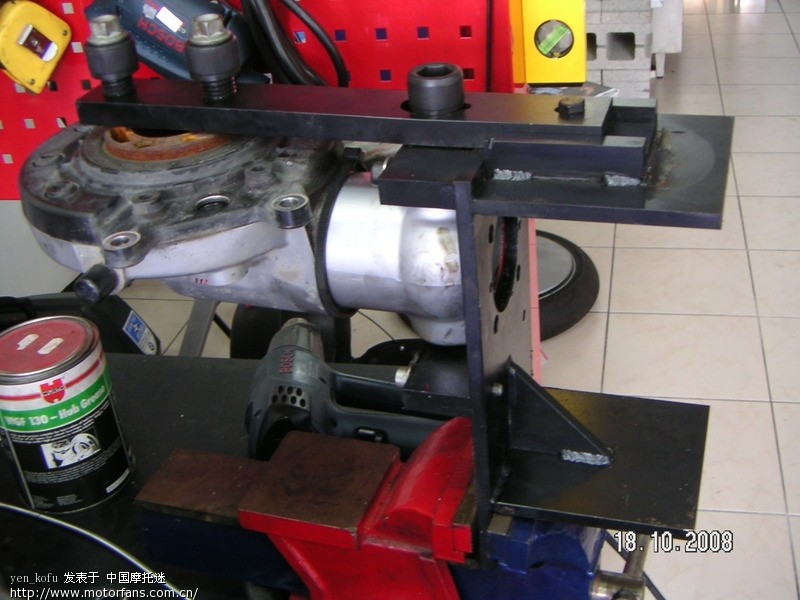 31Final drive unit~retaining fixture 33 1 510~A.JPG