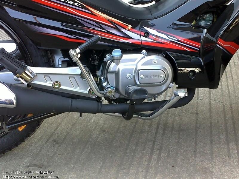 轮毂和黑色的排气管