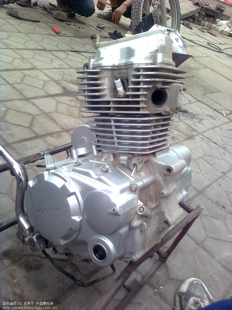 修了一个欧豹的仿跑150摩托,打开以后中箱上却打着宗申的标志,还