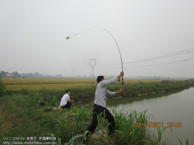 接下来就是耐心的等待 这池塘里的草鱼可是土生土长的哦,决不会是市场里喂饲料的鱼!!! 在这中间我是拍了一个现场直播的--------钓上鱼的全过程!可惜上传不了,格式不对,有哪位摩友能帮我解决这个问题吗》 搞上来让大家分享! 今天有收获,缴了两条大鱼 看图片!!!!!!