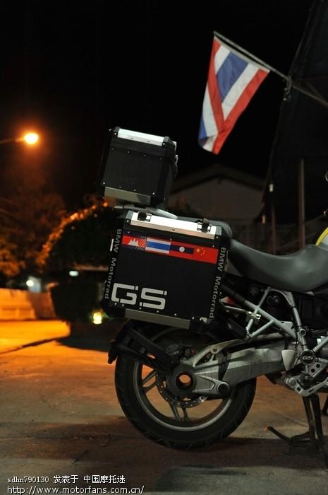 泰国国旗下我的爱车.jpg