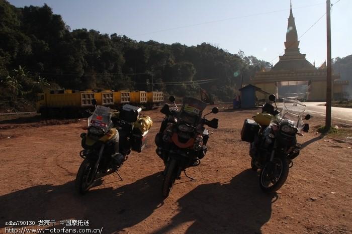 老挝口岸停车场.jpg