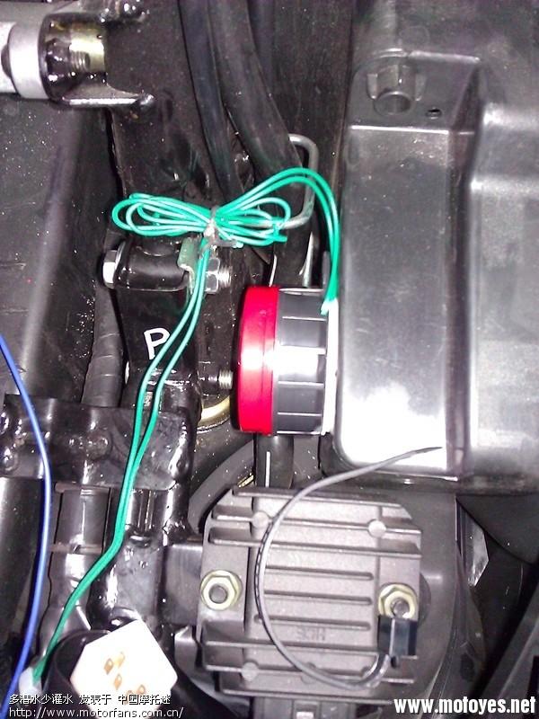 接口对照一下,上面是防盗器的接口,8个芯,下面是车子厂家预留的接口,6个芯,少两个芯,事后证明是少了点火线,遥控器的遥控启动功能不能用。 空间大小正好,用防盗器自带的双面胶一贴就好了,接地线拧在固定喇叭的螺丝上。 防盗器喇叭也是自带双面胶,粘好,喇叭线捆在摩托车的固定线夹上, 天线说明书要离车辆金属架10CM以上,最后捆在大灯线上,后期测试10M遥控毫无问题,再远没试