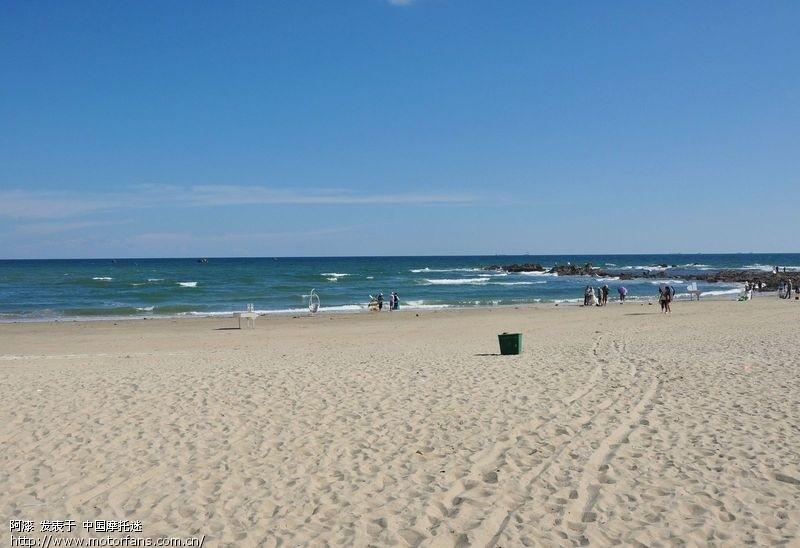 去北海出差了一个星期,住在银滩边上,吃了饭总喜欢到银滩边散步,下午没事做的时候就去北海的冠头岭转转,北海的海景真是太漂亮的,随便拍了几张给大家欣赏一下, 跟钦州三娘湾比一下,根本不是一个档次的,所以呀,大家别去什么三娘湾了,简直是浪费时间和金钱,三娘湾门票外地人30块钱,北海银滩一毛钱都不用。 银滩的海水也比三娘湾的清澈,沙滩的沙也是纯天然的,而三娘湾的沙滩是江沙铺上去的,粗粗的,根本不是纯天然的海沙。