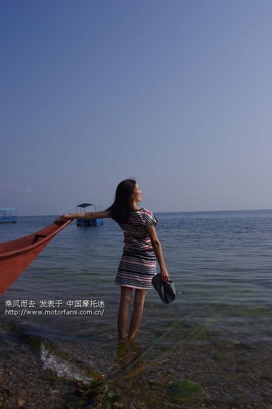 穿过我的镜头----是你清晨独自站立湖边眺望湖水的孤独背 .