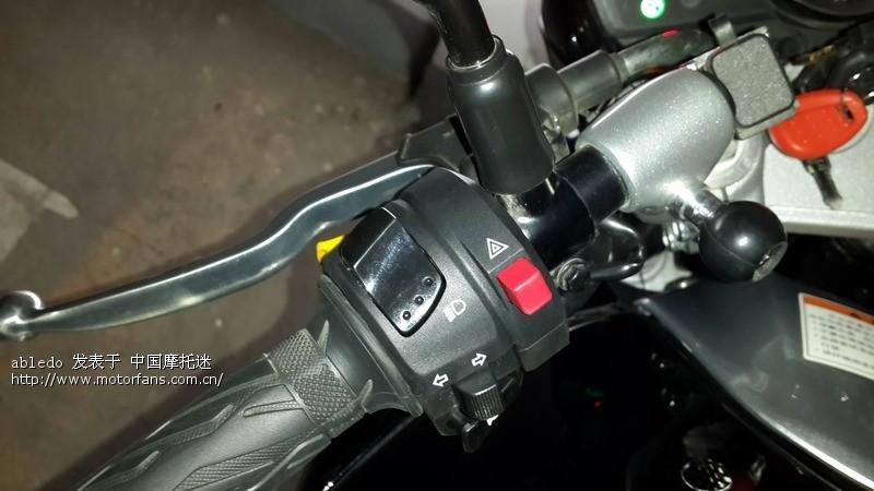 GW250标准版不带双闪,但一直想弄个双闪,这样晚上临时停车什么的安全一点,上次去车行看见GW250S是带原车双闪的,所以就在车行定了一个GW250S的左手把,今天车行给我打电话,说到货了,骑着车就去装上了,128块,不用做任何改动,师傅直接插上线装上就可以了,非常好!