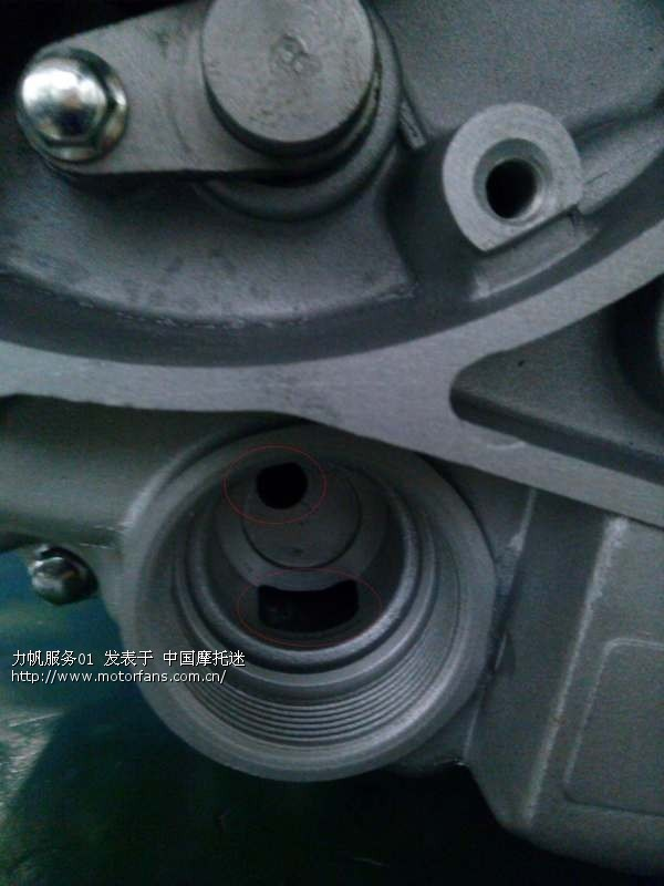 以cg款发动机为例,两个孔机油一进一出通过滤网过滤.