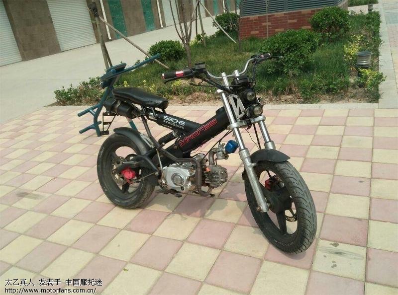 有一辆飞鹰刀郎摩托车