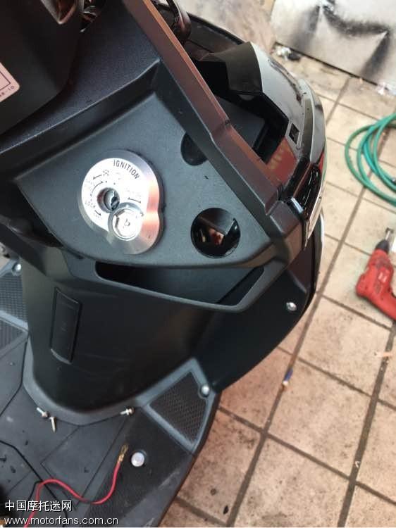 本人2015年11月份购买尚领化油器版裸车9680 上牌2200各种改装件除了发动机大部分都改了本人学习改装走了不少弯路,各位车友可以借鉴我的帖子可以少走很多弯路。 1.大灯-海拉5透镜,汗雷5500K氙气灯,G1快启安定器38W2.转向灯前 狂派灯, 后转向灯LED灯泡3.排气管-猴子黑铁排气管4.