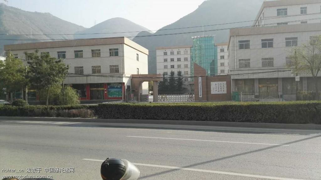 这是马路对面的建筑