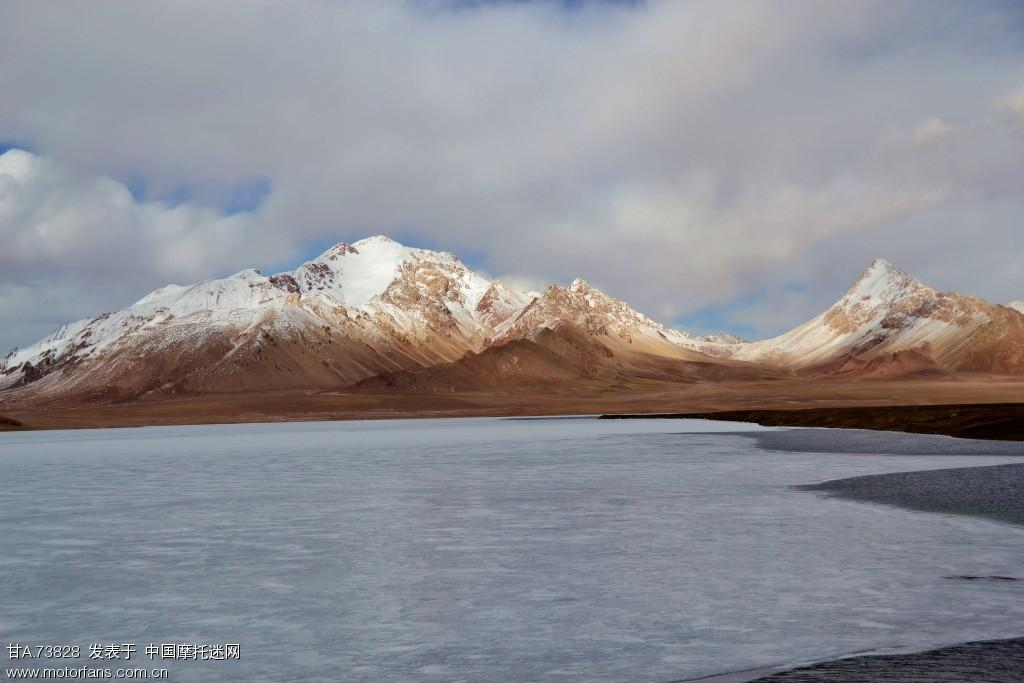 湖面还结着冰
