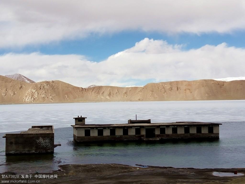 湖水中废弃的军营