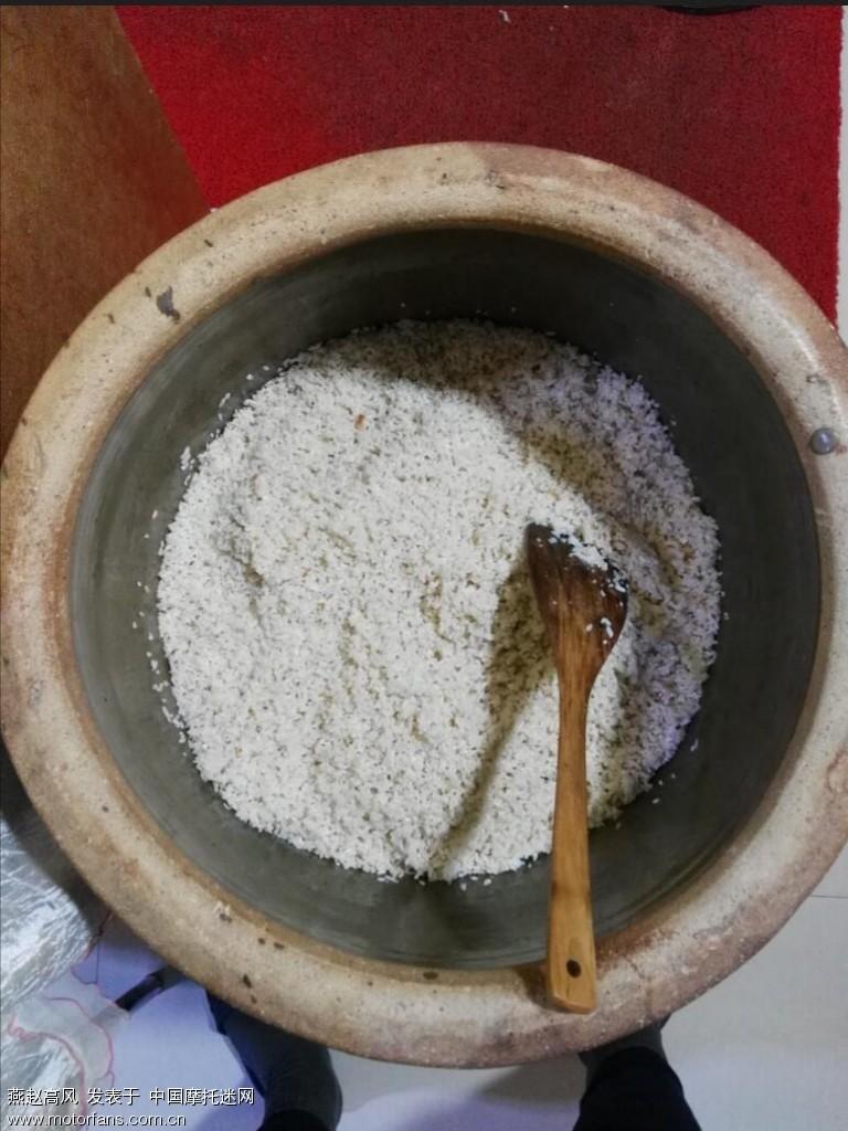 再把焖好的米饭拌上曲子,入缸发酵