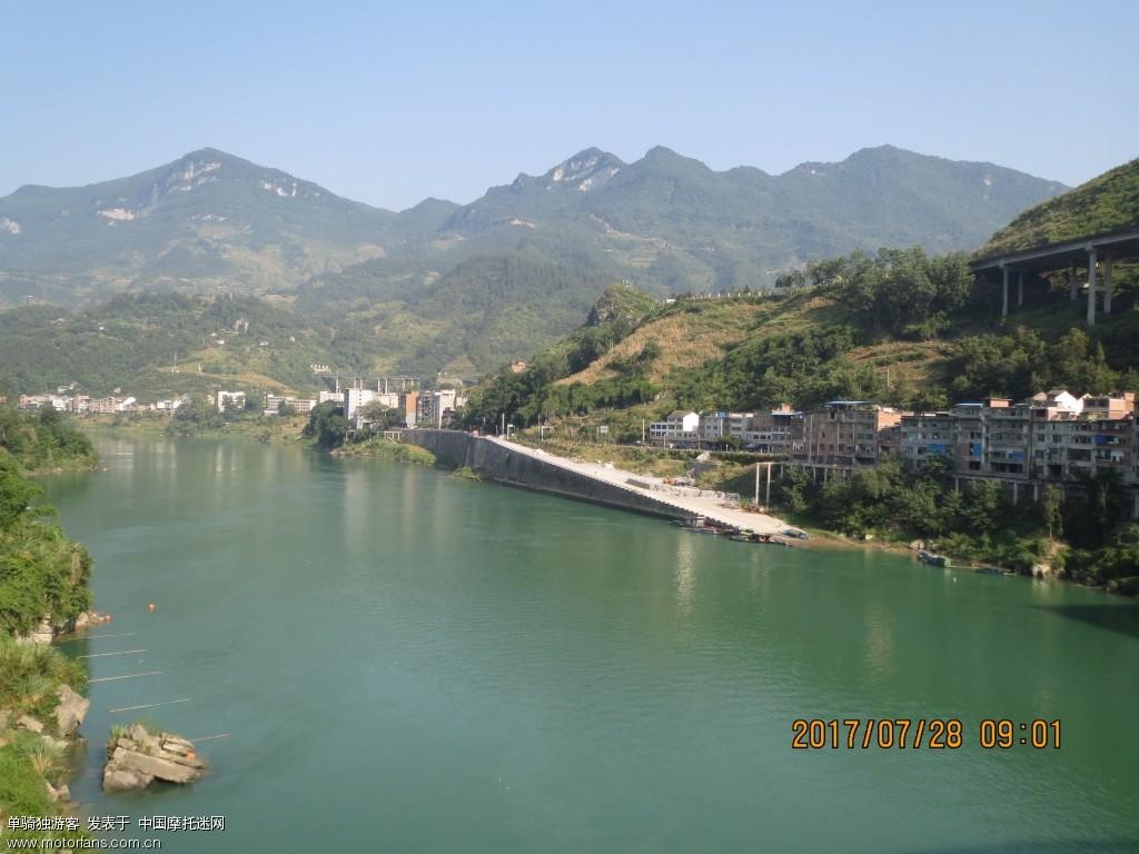 从彭水县高谷镇赶往重庆市南岸区的途中.