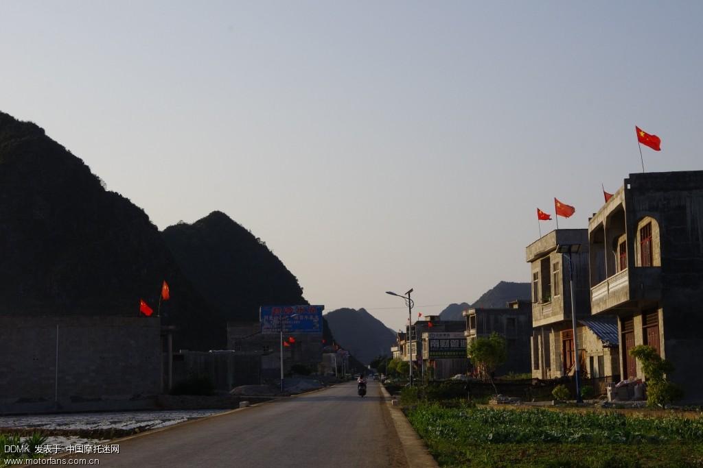 边境的房子全部插红旗