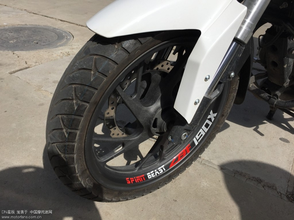 这个贴纸暂时只粘了一个轮子就出发了,没来的及粘完前轮后轮的,而且发现买少了,回头得再买两套。