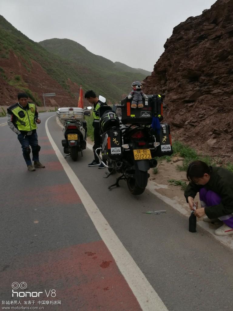 路上遇到小两口的车胎扎了我们帮他