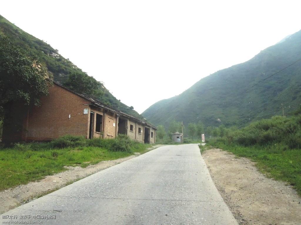 路边废弃的房屋