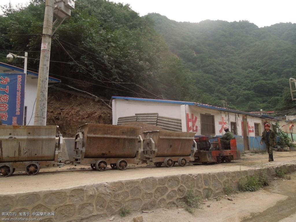 矿工和运矿石的小火车