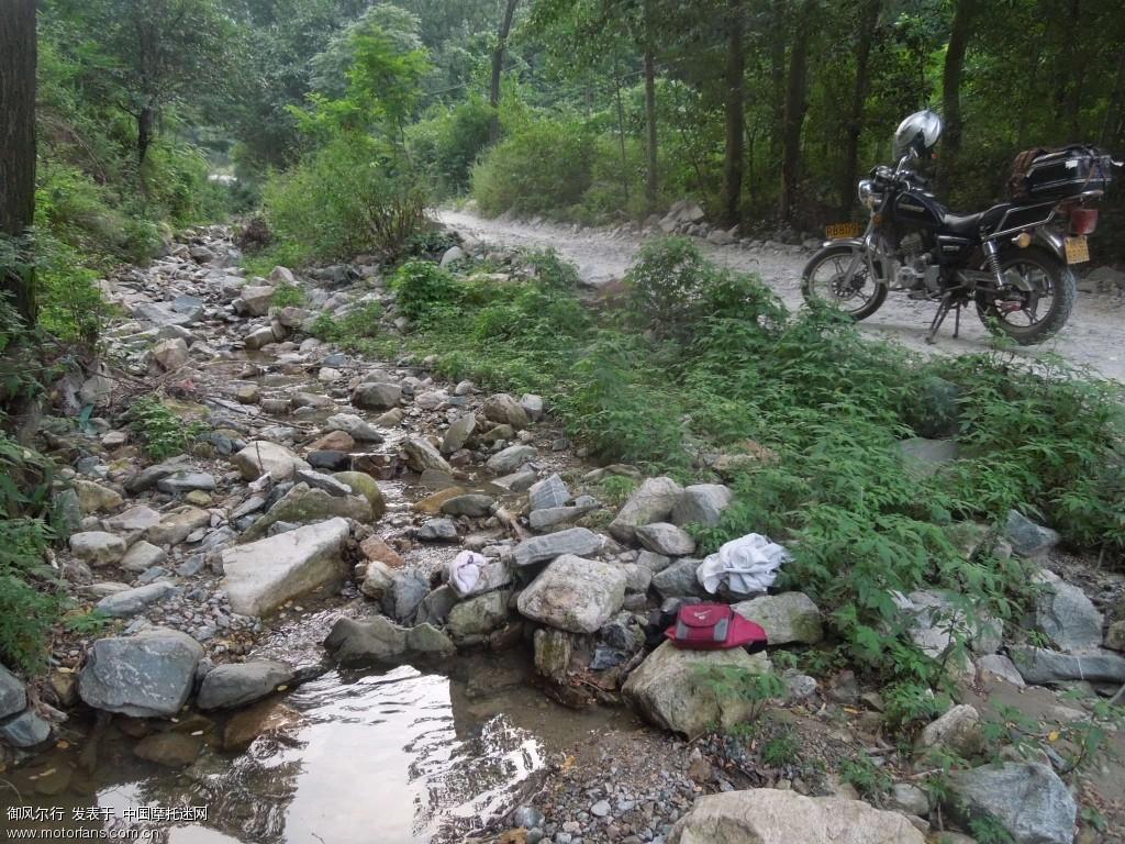 天太热了 溪水边洗洗