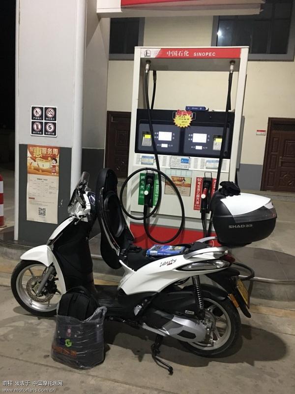 高速口把油加满,这车的油箱设计真是反人类,油箱口下面太浅,加快就变喷泉了