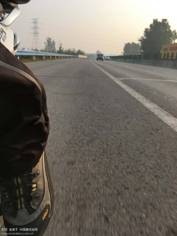 把后脚踏拉出来,这样骑,和跨骑感觉一样!