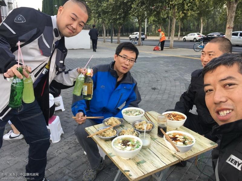 去年秋天,我去川,藏,滇,路过洛阳时就是我们几个人一起喝的羊肉汤,今年再一起来碗豆腐汤。