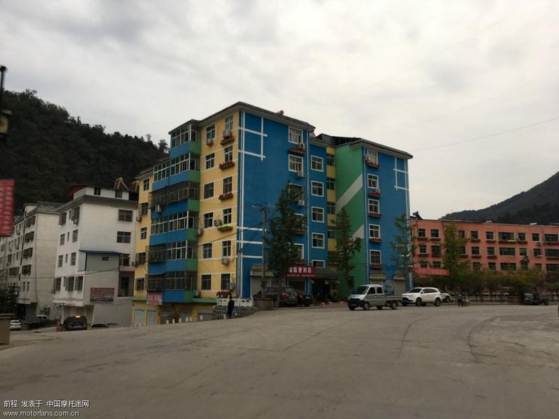 又见彩色的楼房。