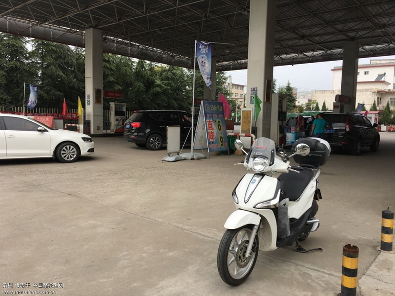西峡县城,高速口把油加满。