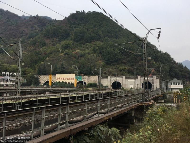 引水涵洞,高速公路隧道,铁路隧道并行