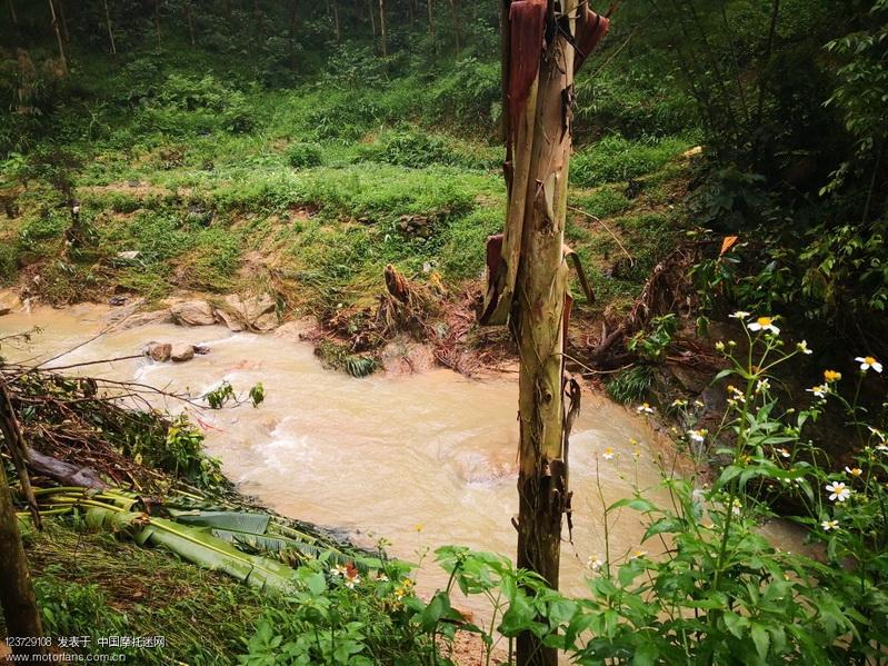 连日下雨溪水大涨