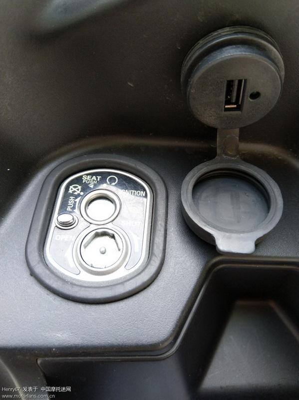 USB充电接口及防水盖(旁边有充电提示小灯)