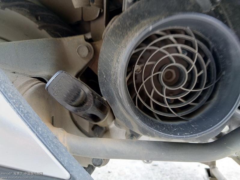 机油加注孔偏低且容易沾满泥水,加油需漏斗