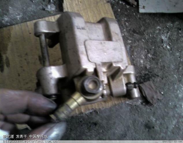 调整大小 23装上泵头的进油钉,拧紧排空气罗钉.jpg