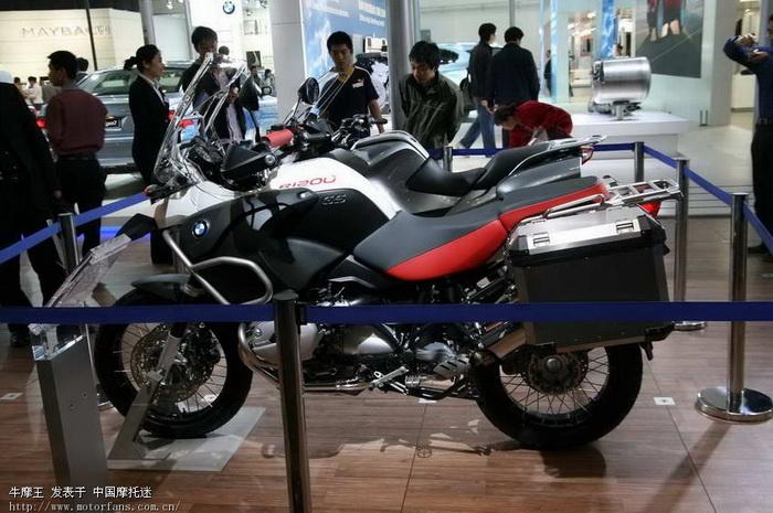 北京2008国际车展上的宝马和铃木摩托高清图片