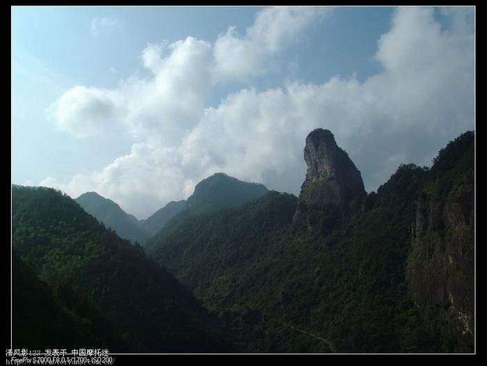雁荡山脉中的奇峰.jpg