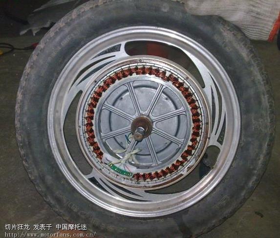 检修过程图片。。 需要注意的是,车轮两面罩拆除螺丝前要做好标记,以便原位置装回。防止装配不当转子和定子摩擦扫膛。 定子和转子之间有和强的磁力,定子是永磁的。拆除可以垂直将转子压出。转子线圈千万注意不要摩擦到损坏。。 look 轴承已经变黑了。。。。 轴承型号是 6202rs 相信很多车上都可以通用。 电机的两面壳罩拆除时有些费劲,因为是有一定密封要求的。当然我们装回去的时候要涂上密封胶。。。 [